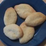Auf einem kleinen blauen Tellerchen liegen fünf selbstgebackene Navettes.