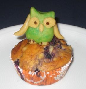 Muffin mit einer kleinen Marzipaneule obendrauf.