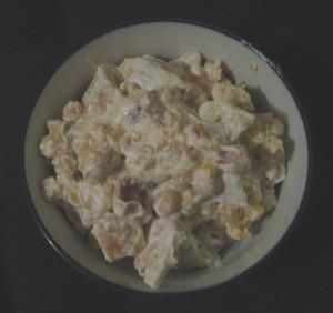 Eine Porzellanschale mit einer Portion Fatteh aus Kichererbsen, Fladenbrot und Schafsjoghurt