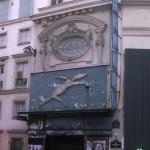 Das Bild zeigt die Fassade eines ehemaligen Erotikkinos, in dem bald ein Bioladen einziehen wird.