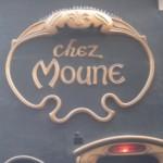 Ds Bild zeigt den kunstvoll verzierten Eingang des Café Moune in Paris.