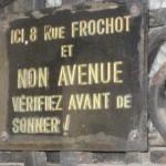 Auf dem Foto ist ein Schild zu sehen, auf dem steht: Ici, 8 rue Frochot et non avenue - verifiez avant de sonner!
