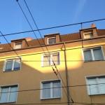 Auf dem Foto sieht man ein gelb gestrichenes Haus. Die Sonne erleuchtet einen Teil am oberen Hausende, der dadurch viel heller aussieht als der Rest des hauses.
