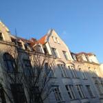 Auf dem Bild sieht man den Blick in einen Straßenzug in Köln-Sülz, der zeigt, dass nzur die oberen Teile der Fassaden schon Sonnenlicht abbekommen.