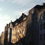 Noch eine in Sonnenlicht getauchte Straße in Köln.