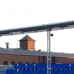 Eine altes Fabrikgebäude mit einer Klinkerfassade wird in helles Morgenlicht getaucht.