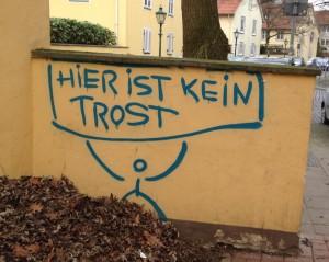 An eine Wand wurde der Text gesprüht: Hier ist kein Trost