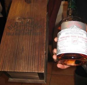 Die Flasche des Highland Park und ihre schicke Holzkiste mit Gravur.