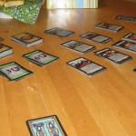 Das Kartenspiel Dominion ist auf einem Tisch aufgebaut.