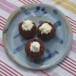 3 Mini-Gugle-Brownies mit Joghurthaube
