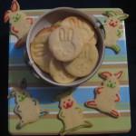 Foto von zwei Sorten Hasenkeksen, einmal mit Kekesstempel und einmal Hasenausstecher.
