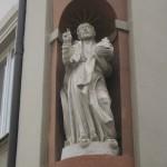 Heiligenfigur in einer Wandnische in Bamberg