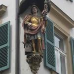 barocke Figur eines Heiligen in einer Bamberger Wandnische