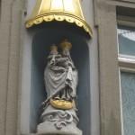 Madonnenstatue mit goldenem Dach