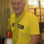 Biersky-Erfinder Jean Metzger aus Uberach hält eine Flasche des Getränks im Arm