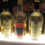 Halbvolle Flasche des Bunnahabin zwischen anderen Flaschen