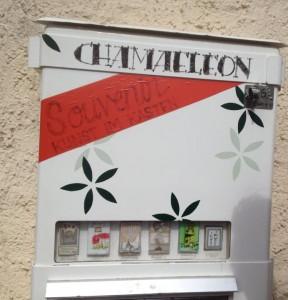 Kunst im Kasten: Ein ehemaliger Zigarettenautomat, der zu einem Kunstautomaten umgestatet wurde, oben steht Chameleon