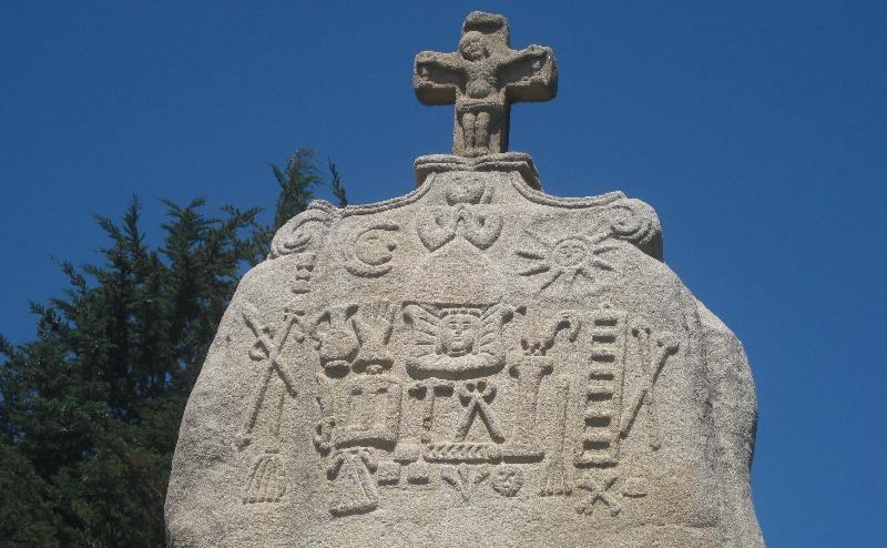 Detailaufnahme der christianisierten Spitze des Menhirs von Saint-Uzec