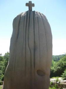 Rückseite des Menhirs mit sehr tiefen Furchen und einem faustgroßen Loch