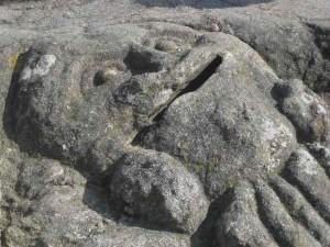Grinsendes Gesicht aus Stein in Rothéneuf . eine der Geschichten in Stein