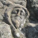 Ein übergroßes Steinrelief eines Gesichts mit geschlossenen Augen