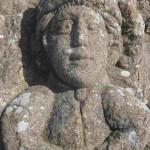Eine Figur mit bretonischer Trachtenjacke und Zipfelmütze