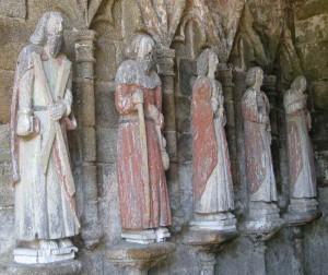 4 bemalte lebensgroße Steinstatuen