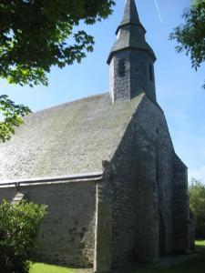 Die unscheinbare granitene Außenfassade mit kleinem Turm