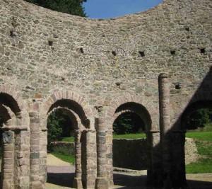 Bild von innen mit Säulenbögen und Blick in den Himmel