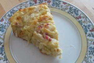 Ein Stück des Flammkuchen-Schnecken-Kuchens
