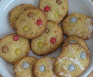 Viele Kekse auf einem weißen Teller
