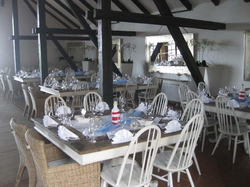 Blick in den Saal mit dekorierten Tischen