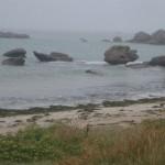"""Blick auf die """"Cote rocheuse"""" bei grauem Himmel und leichtem Nieselregen"""