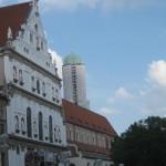 Jesuitenkirche in München, im Hintergrund die Türme der Marienkirche