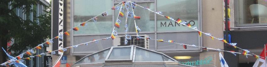 Eine Wimpelkette in München mit schwarz-rot-goldenen und blau-weißen Wimpeln
