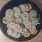 Kekse liegen zum Auskühlen auf einem Teller