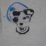 Hundegesicht auf einer Hauswand