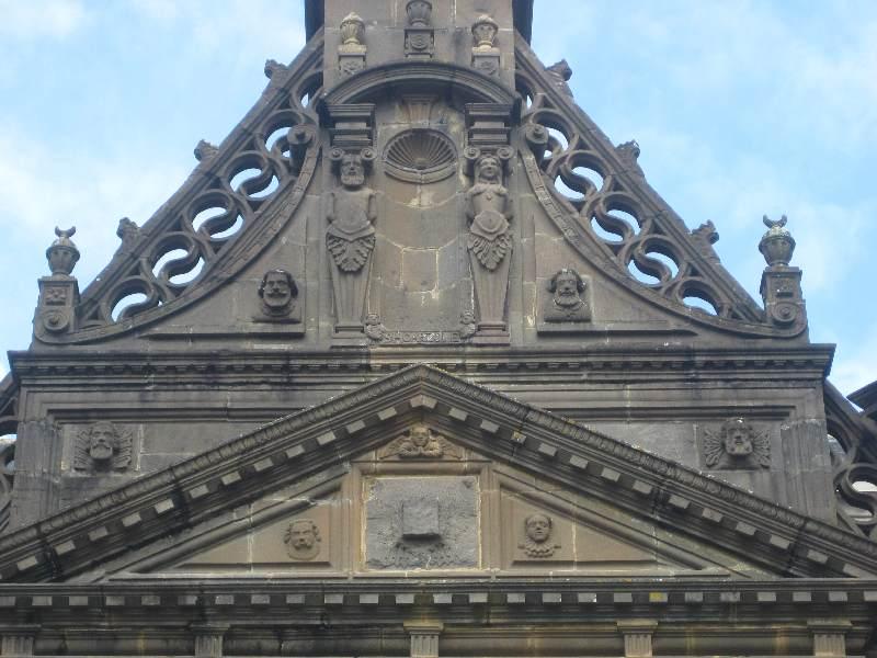 Mit vielen Granitfiguren verziertes Portal der Kirche Saint-Houardon in Landerneau