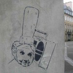 Auf eine Wand in Landerneau gemalte Zeichnung einer Bigoudène mit Transistorradio