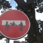 Durchfahrt verboten-Schild in Landerneau, das mit Aufklebern zu einem Partytresen umgestaltet wurde