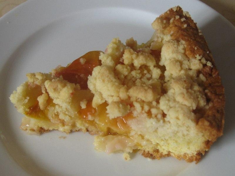 Kuchenstück des Pflaumenkuchens mit gelben Pflaumen
