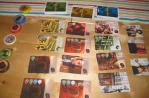 Das Splendor-Spiel mit dem Kartendeck und den Edelsteinchips sowie den Karten mit den Adligenportraits.
