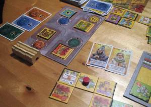 Spielfeld mit Charakterkarten aus der zweiten Alhambra-Erweiterung