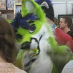 grüner Plüschfuchs-Rollenspieler winkt in die Kamera