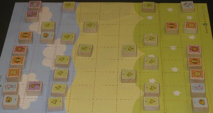 Spielbrett und Holzsteine mit aufgemalten Tieren des Shogi-Spiels