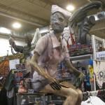 Eine Zombiekrankenschwester sitzt an einem Stand in Halle 2
