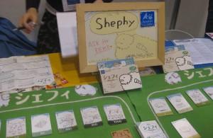 Spielkarton und Aktionskarten mit Schafen des japanischen Spiels Shephy