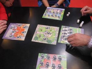 Der Plan für den Friedhof und die Karten, die die Häuser mit den Zombies darstellen bei Reiner Knitzias Zombie Mania