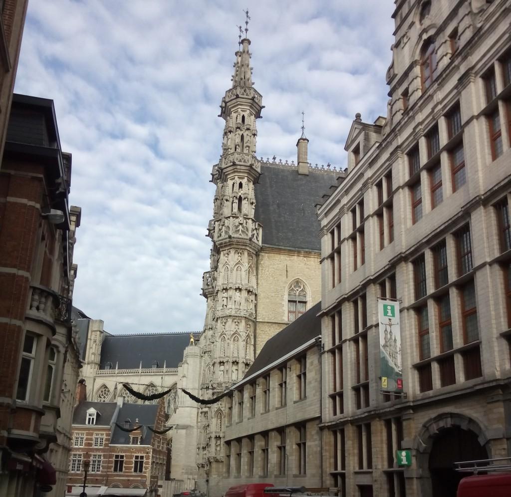 Straßenzug mit barocken Fassaden in der Altstadt von Leuven