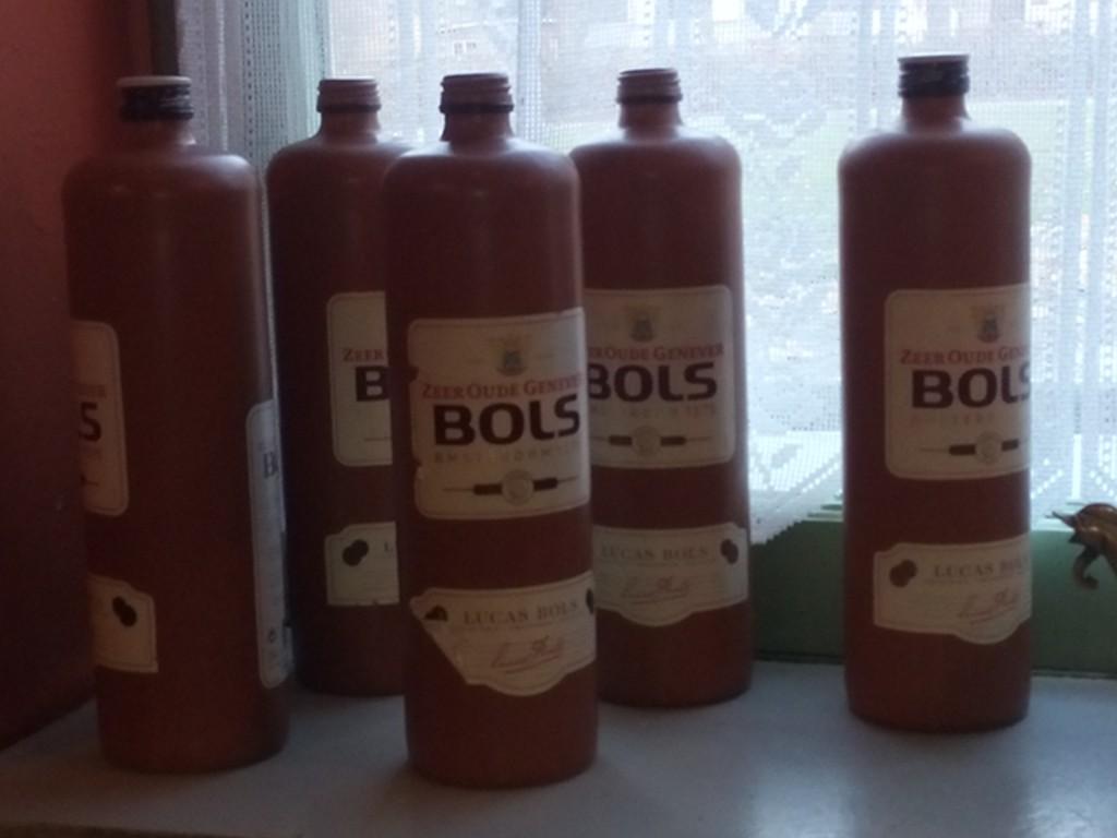Genever-Flaschen auf der Fensterbank eines Cafés